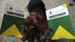Indígena segura dois exemplares da Constituição